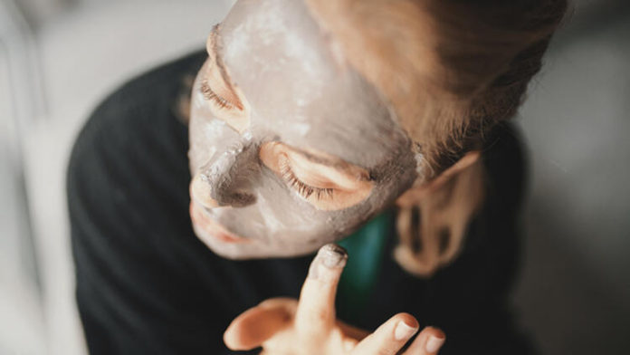 Gözenekleri temiz tutmak için uyguladığınız adımların yanı sıra yeniden tıkanmasını engellemek için sıkılaştırıcı ürünlerden de yardım almalısınız. Cildinize uygun bir sıkılaştırıcı serum ya da tonik edinin. Temizleme işlemlerinin ardından düzenli olarak sıkılaştırıcı ürününüzü de kullanın.