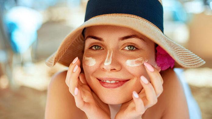 Uzmanlar, her iki saatte bir veya terledikten ya da yüzdükten hemen sonra güneş koruyucunuzu yenilemeniz gerektiğini söylüyor. Unutulan bölgeler Uzmanlara göre insanların sık sık güneş kremi uygulamayı unuttuğu bazı bölgeler vardır. Bunlar dudaklar, kulaklar, boyun, eller, ayaklar ve göz çevresidir. Dudaklarınız için SPF ile formüle edilmiş bir dudak balsamı arayın. Boynunuzu ve kulaklarınızı korumak için şapkalardan yararlanabilirsiniz. Gölge tercih etmemek Güneşin yoğun saatleri sabah 10 ile akşam 4 arasındadır. Bu saatlerde güneşe çıkmamak; mümkünse gölge aramak oldukça önemlidir. Yıllık dermatolog ziyareti Uzmanlar, profesyonel bir cilt muayenesi için her yıl mutlaka bir kere dermatoloğunuzu görmenizi önerir.